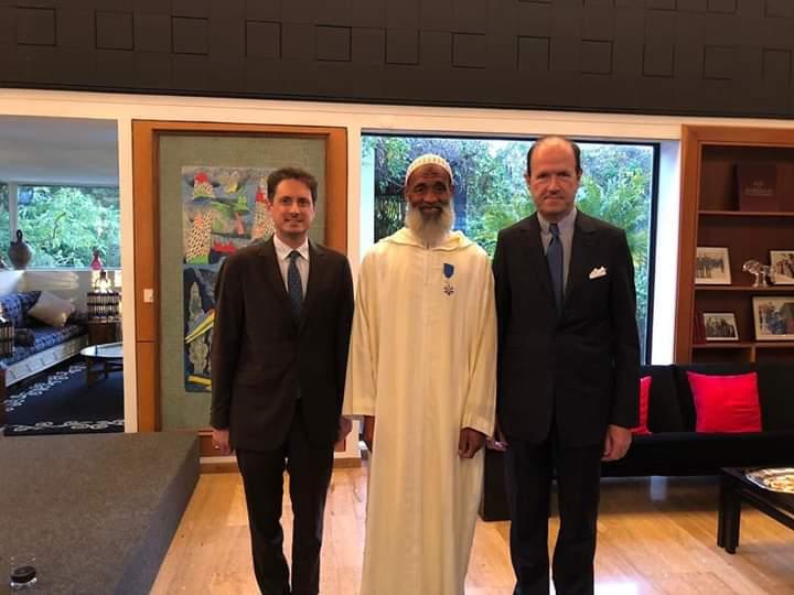 خطوة لافتة..السفير الفرنسي  يوشح  بستاني عمل لأزيد من 30 سنة في الإقامة-صور