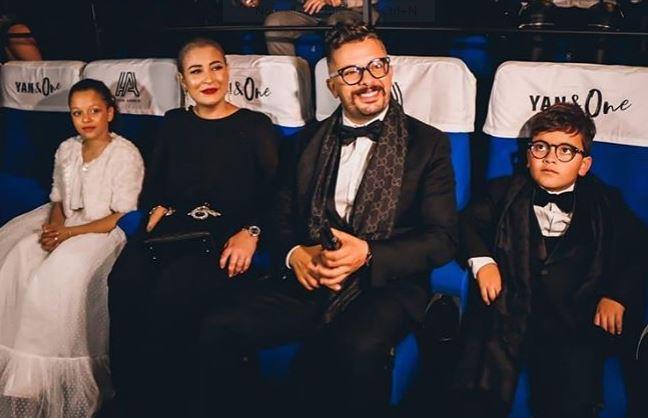 بعد حفل الرياض.. حاتم عمور يؤدي مناسك العُمرة رفقة زوجته (صور)