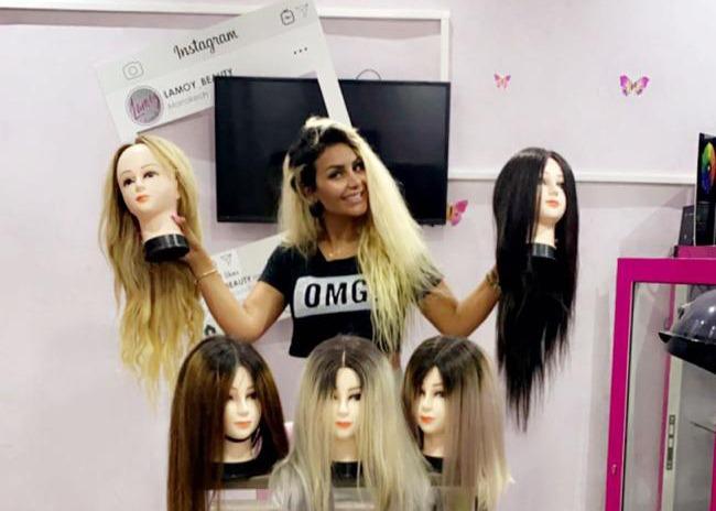 """صناعة """"باروكات""""..مبادرة إنسانية لخبيرة التجميل لمياء أشيابري لمرضی السرطان"""