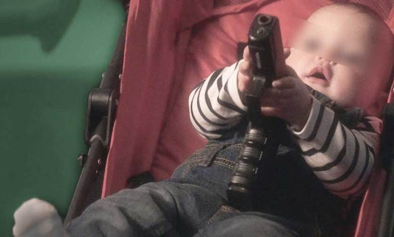 بطريقة بشعة.. طفل ذو عامين ينهي حياة والدته